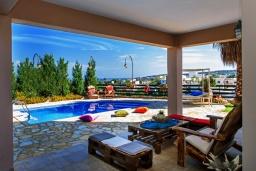Терраса. Греция, Ретимно : Роскошная вилла с бассейном и зеленым двориком с барбекю, 4 спальни, 2 ванные комнаты, парковка, Wi-Fi