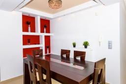 Обеденная зона. Греция, Ретимно : Прекрасная вилла с бассейном и зеленым двориком с барбекю, 4 спальни, 2 ванные комнаты, настольный теннис, тренажерный зал, парковка, Wi-Fi