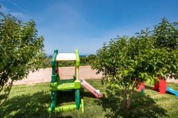 Территория. Греция, Ретимно : Прекрасная вилла с бассейном и зеленым двориком с барбекю, 4 спальни, 2 ванные комнаты, парковка, Wi-Fi