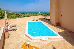 Бассейн. Греция, Ретимно : Прекрасная вилла с бассейном и зеленым двориком с барбекю, 4 спальни, 2 ванные комнаты, парковка, Wi-Fi