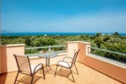 Терраса. Греция, Ретимно : Прекрасная вилла с бассейном и зеленым двориком с барбекю, 4 спальни, 2 ванные комнаты, парковка, Wi-Fi