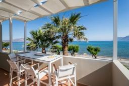 Терраса. Греция, Киссамос Кастели : Очаровательная уютная вилла с потрясающим видом на Эгейское море, с 4 спальнями, с красивым зелёным садом с шезлонгами, патио и барбекю, расположена в 10 метрах от пляжа Drapanias