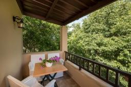 Терраса. Греция, Малеме : Современная вилла с 3 спальнями, с бассейном, зелёным двориком, тенистой террасой с патио и барбекю, расположена в Maleme всего в 300 метрах от пляжа
