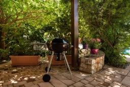 Территория. Греция, Малеме : Современная вилла с 3 спальнями, с бассейном, зелёным двориком, тенистой террасой с патио и барбекю, расположена в Maleme всего в 300 метрах от пляжа
