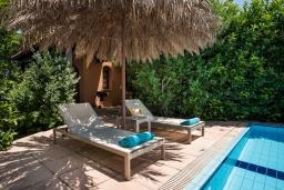 Зона отдыха у бассейна. Греция, Малеме : Современная вилла с 3 спальнями, с бассейном, зелёным двориком, тенистой террасой с патио и барбекю, расположена в Maleme всего в 300 метрах от пляжа
