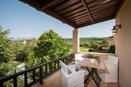 Балкон. Греция, Малеме : Современная вилла с 3 спальнями, с бассейном, зелёным двориком, тенистой террасой с патио и барбекю, расположена в Maleme всего в 300 метрах от пляжа