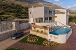 Фасад дома. Греция, Плакиас : Роскошная вилла с бассейном и видом на море, 4 спальни, 3 ванные комнаты, парковка, детская площадка, настольный теннис, парковка, Wi-Fi