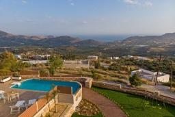 Территория. Греция, Плакиас : Роскошная вилла с бассейном и видом на море, 4 спальни, 3 ванные комнаты, парковка, детская площадка, настольный теннис, парковка, Wi-Fi