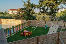 Детская площадка. Греция, Ретимно : Роскошная вилла с бассейном и зеленым двориком с барбекю, 6 спален, 5 ванных комнат, настольный теннис, парковка, Wi-Fi