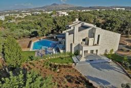 Фасад дома. Греция, Ретимно : Роскошная вилла с бассейном и зеленым двориком с барбекю, 6 спален, 5 ванных комнат, настольный теннис, парковка, Wi-Fi