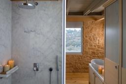 Ванная комната. Греция,  Ханья : Современная вилла с бассейном, джакузи и видом на море, 3 спальни, 3 ванные комнаты, барбекю, парковка, Wi-Fi