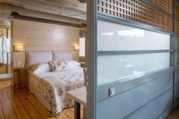 Спальня. Греция,  Ханья : Современная вилла с бассейном, джакузи и видом на море, 3 спальни, 3 ванные комнаты, барбекю, парковка, Wi-Fi
