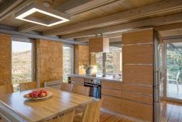 Кухня. Греция,  Ханья : Современная вилла с бассейном, джакузи и видом на море, 3 спальни, 3 ванные комнаты, барбекю, парковка, Wi-Fi