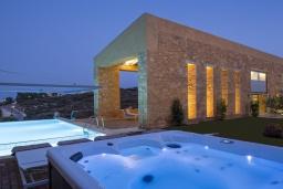 Фасад дома. Греция,  Ханья : Современная вилла с бассейном, джакузи и видом на море, 3 спальни, 3 ванные комнаты, барбекю, парковка, Wi-Fi
