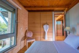 Спальня. Греция,  Ханья : Роскошная вилла с бассейном и шикарным видом на море, 5 спален, 5 ванных комнат, барбекю, джакузи, парковка, Wi-Fi