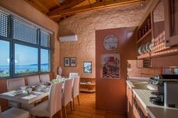 Кухня. Греция,  Ханья : Роскошная вилла с бассейном и шикарным видом на море, 5 спален, 5 ванных комнат, барбекю, джакузи, парковка, Wi-Fi