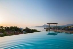 Бассейн. Греция,  Ханья : Роскошная вилла с бассейном и шикарным видом на море, 5 спален, 5 ванных комнат, барбекю, джакузи, парковка, Wi-Fi