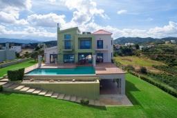 Фасад дома. Греция, Ханья : Роскошная вилла с бассейном и видом на море, 6 спален, 5 ванных комнат, тренажерный зал, настольный теннис, барбекю, парковка, Wi-Fi