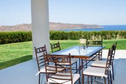 Обеденная зона. Греция,  Ханья : Роскошная вилла с бассейном и видом на море, 6 спален, 5 ванных комнат, тренажерный зал, настольный теннис, барбекю, парковка, Wi-Fi
