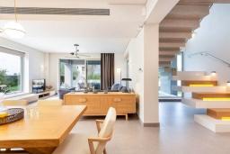 Гостиная. Греция, Платаньяс : Современная вилла с бассейном в 180 метрах от пляжа, 4 спальни, 5 ванных комнат, барбекю, парковка, Wi-Fi