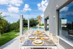 Обеденная зона. Греция, Платаньяс : Современная вилла с бассейном в 180 метрах от пляжа, 4 спальни, 5 ванных комнат, барбекю, парковка, Wi-Fi