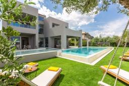 Фасад дома. Греция, Платаньяс : Современная вилла с бассейном в 180 метрах от пляжа, 4 спальни, 5 ванных комнат, барбекю, парковка, Wi-Fi