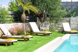 Зона отдыха у бассейна. Греция, Платаньяс : Современная вилла с бассейном в 180 метрах от пляжа, 4 спальни, 5 ванных комнат, барбекю, парковка, Wi-Fi