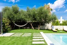 Территория. Греция, Платаньяс : Современная вилла с бассейном в 180 метрах от пляжа, 4 спальни, 5 ванных комнат, барбекю, парковка, Wi-Fi