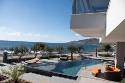 Бассейн. Греция, Иерапетра : Современная пляжная вилла с бассейном и двориком с барбекю, 9 спален, 7 ванных комнат, парковка, Wi-Fi