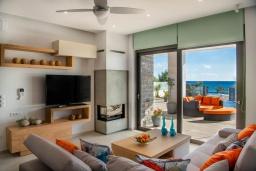 Гостиная. Греция, Иерапетра : Современная пляжная вилла с бассейном и двориком с барбекю, 9 спален, 7 ванных комнат, парковка, Wi-Fi