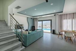 Гостиная. Греция, Бали : Современная вилла с бассейном в 100 метрах от пляжа, 3 спальни, 3 ванные комнаты, барбекю, патио, парковка, Wi-Fi
