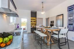 Кухня. Греция, Ретимно : Роскошная вилла с бассейном и зеленым двориком с барбекю и патио, 5 спален, 4 ванные комнаты, парковка, Wi-Fi