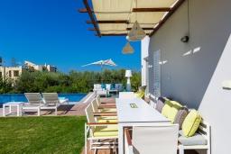 Обеденная зона. Греция, Ретимно : Роскошная вилла с бассейном и зеленым двориком с барбекю и патио, 5 спален, 4 ванные комнаты, парковка, Wi-Fi
