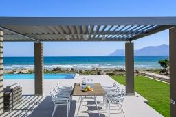 Территория. Греция, Киссамос Кастели : Роскошная пляжная вилла с бассейном и приватной территорией, 5 спален, 5 ванных комнат, парковка, Wi-Fi