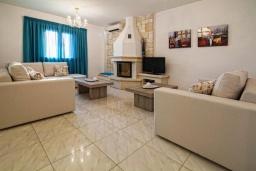 Гостиная. Греция, Иерапетра : Прекрасная вилла с бассейном и зеленым двориком, 4 спальни, 4 ванные комнаты, парковка, Wi-Fi