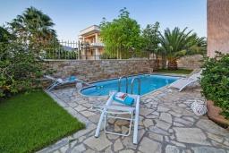 Бассейн. Греция, Иерапетра : Прекрасная вилла с бассейном и зеленым двориком, 4 спальни, 4 ванные комнаты, парковка, Wi-Fi
