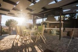 Терраса. Греция, Иерапетра : Прекрасная вилла с бассейном и зеленым двориком, 5 спален, 4 ванные комнаты, парковка, Wi-Fi