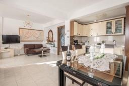 Кухня. Греция, Иерапетра : Прекрасная вилла с бассейном и зеленым двориком, 5 спален, 4 ванные комнаты, парковка, Wi-Fi