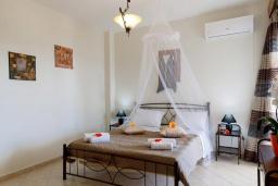 Спальня. Греция, Скалета : Роскошная вилла с бассейном и зеленым двориком с барбекю, 4 спальни, парковка, Wi-Fi