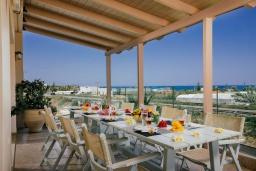 Обеденная зона. Греция, Скалета : Роскошная вилла с бассейном и зеленым двориком с барбекю, 4 спальни, парковка, Wi-Fi