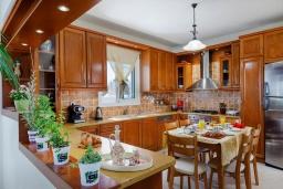 Кухня. Греция, Скалета : Роскошная вилла с бассейном и зеленым двориком с барбекю, 4 спальни, парковка, Wi-Fi