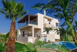 Фасад дома. Греция, Скалета : Роскошная вилла с бассейном и зеленым двориком с барбекю, 4 спальни, парковка, Wi-Fi