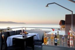 Терраса. Греция, Айя Марина : Современная вилла с бассейном и шикарным видом на море в 100 метрах от пляжа, 4 спальни, 3 ванные комнаты, барбекю, парковка, Wi-Fi