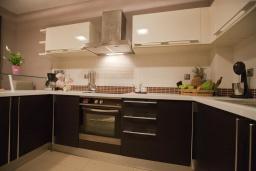 Кухня. Греция, Айя Марина : Современная вилла с бассейном и шикарным видом на море в 100 метрах от пляжа, 4 спальни, 3 ванные комнаты, барбекю, парковка, Wi-Fi