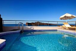 Бассейн. Греция, Айя Марина : Современная вилла с бассейном и шикарным видом на море в 100 метрах от пляжа, 4 спальни, 3 ванные комнаты, барбекю, парковка, Wi-Fi