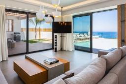 Гостиная. Греция, Панормо : Роскошная пляжная вилла с большим бассейном и шикарным видом на море, 6 спален, 6 ванных комнат, патио, джакузи, барбекю, парковка, Wi-Fi