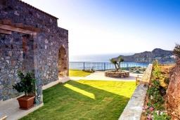Территория. Греция, Элафониси : Современная вилла с бассейном и шикарным видом на море, 3 спальни, 2 ванные комнаты, парковка, Wi-Fi