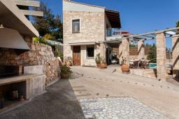 Фасад дома. Греция, Айя Пелагия : Комплекс из 2-х роскошных вилл с бассейном и шикарным видом на море, 2 гостиные, 4 спальни, 4 ванные комнаты, барбекю, парковка, Wi-Fi
