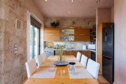 Кухня. Греция, Айя Пелагия : Комплекс из 2-х роскошных вилл с бассейном и шикарным видом на море, 2 гостиные, 4 спальни, 4 ванные комнаты, барбекю, парковка, Wi-Fi