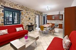 Гостиная. Греция, Амудара : Прекрасная вилла с бассейном и джакузи, 2 спальни, барбекю, парковка, Wi-Fi